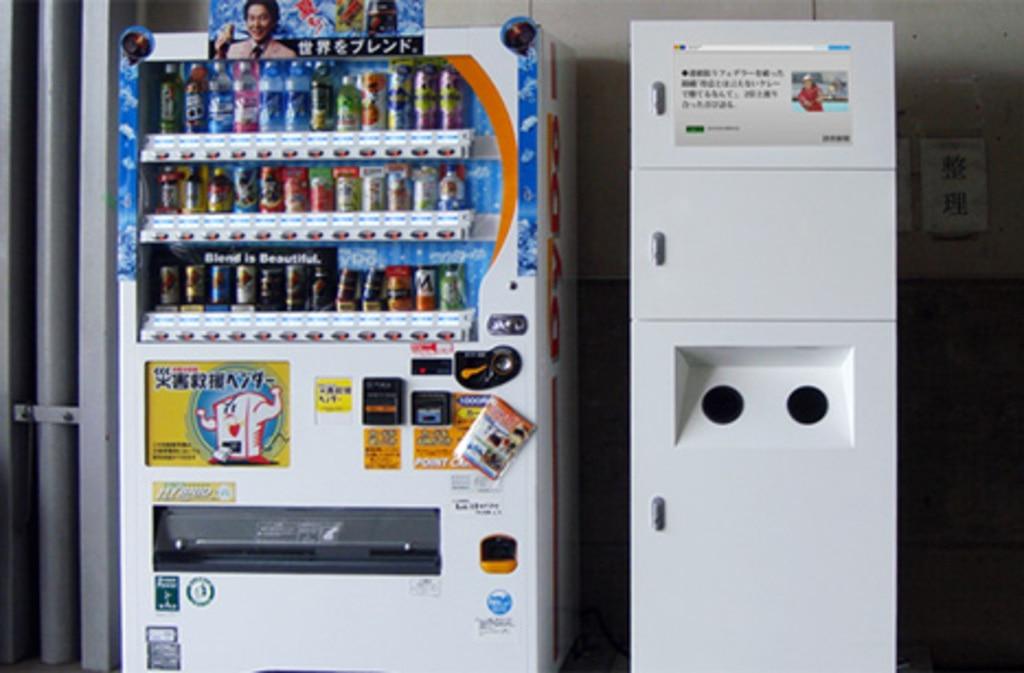 デジタルサイネージ利用例3 ダイドードリンコ防災型サイネージ設置例3 緊急時は緊急地震速報を表示し、平常時は読売新聞ニュースを表示します。