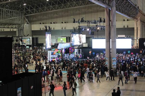 幕張メッセの国際展示場のホール2~6全体にブースが並んだ。人気ブースでは数百人が集まっていることも