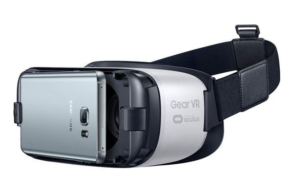 こちらもOculusの「Gear VR」。Samsungと共同開発しており、同社のスマートフォンと組み合わせて使う