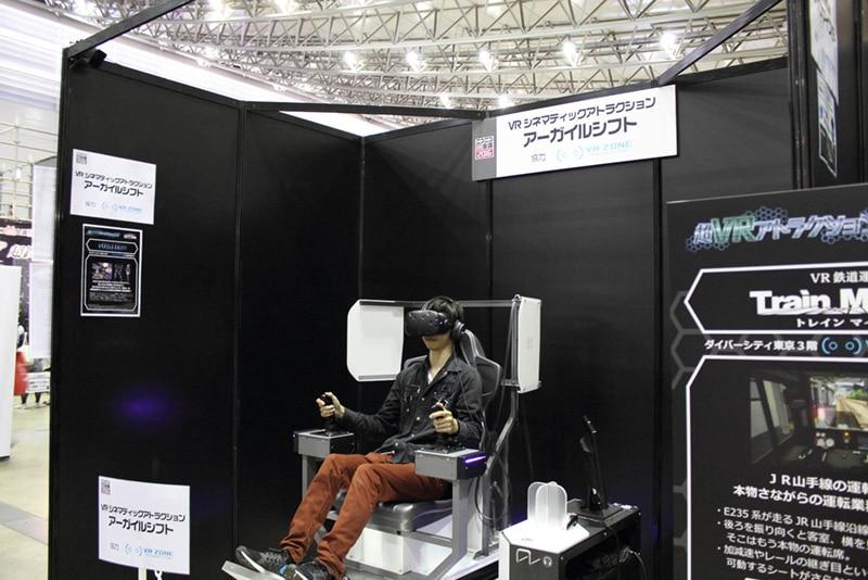 バンダイナムコエンターテインメントの「VR ZONE Project i Can」の用意したアトラクション。大型ロボットに乗って闘う。ゲーム内の状況に応じて座席全体が動く仕掛けだ。使用しているVRシステムはHTCの「Vive」
