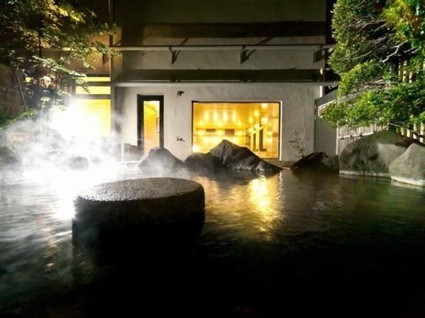 富士野屋夕亭 八峰の湯の露天風呂。もちろん源泉掛け流しです。