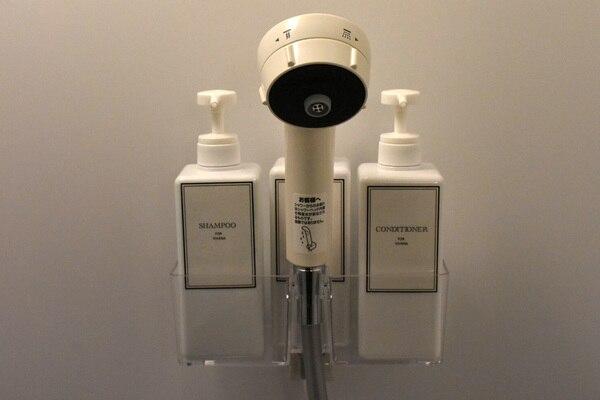 シャワーブース シャワーヘッドとシャンプー&コンディショナー