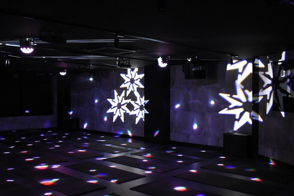 「VIVANA(ヴィヴァーナ)」池袋店内スタジオの、ライトアップ演出