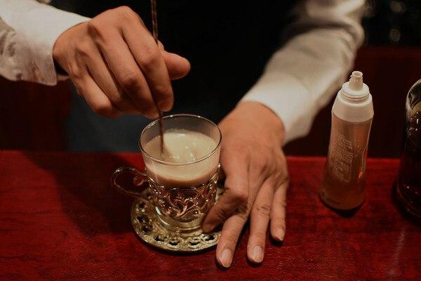 ほうじ茶風味のホット豆乳ラムカウを作っている途中、かき混ぜているところ