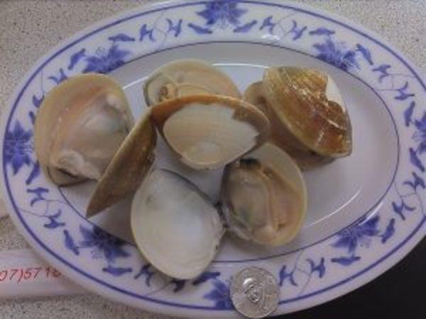 五百円玉と同じくらいのコインのサイズの蛤が、この一皿で150元=500円以内
