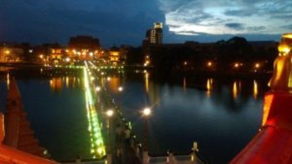台湾の街並。夜景が美しい川沿いの風景
