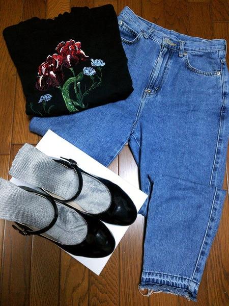 メタリックカラーの靴下とジーンズのコーディネイト