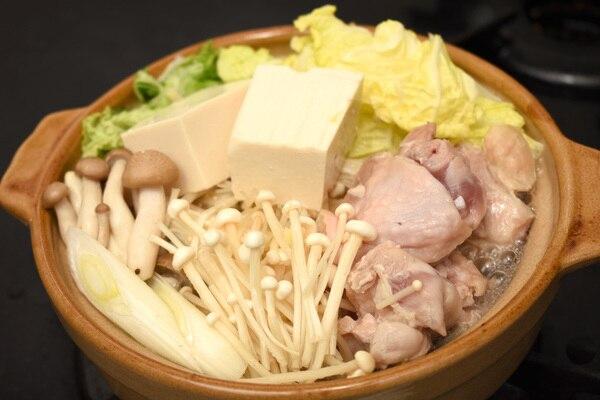 鶏の水炊きが一人用の鍋に入っているところ