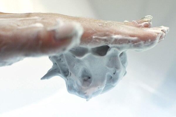 どろ豆乳石鹸くろあわわで作った濃密泡を、手のひらの上で逆さにしているところ