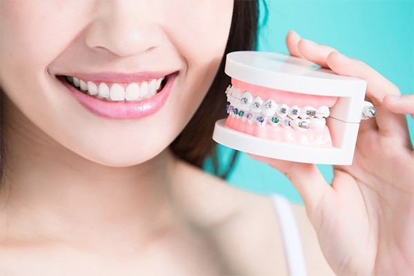 歯並びの症状に合わせた目立たない歯並びの矯正方法とは?