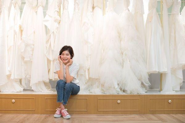 結婚式のドレスを選ぶ女性