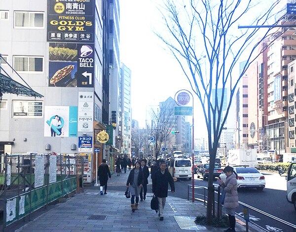 .表参道駅のB1出口を出ましたら、しばらく直進です。