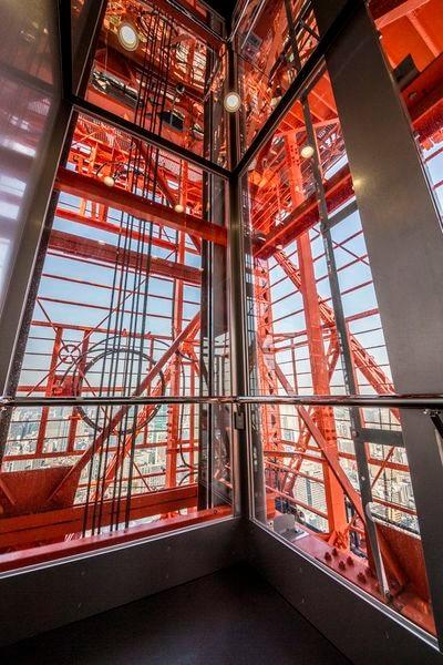 メインデッキへはガラス貼りの専用エレベーターで