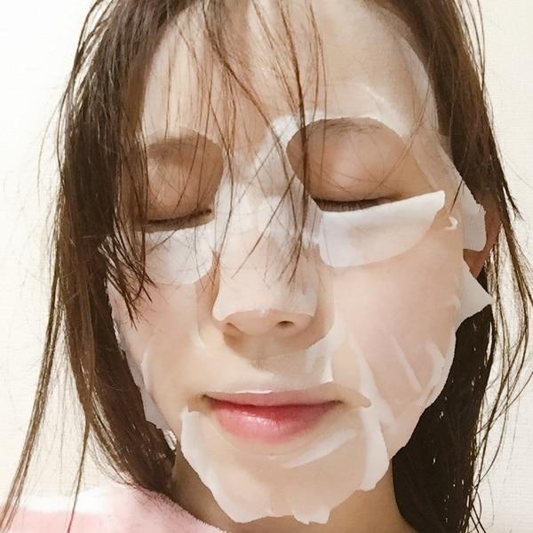 コーセー「クリアターン ホワイトマスク(ビタミンC)」を顔にのせているところ