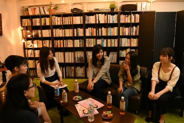 写真手前から、昭和チームAさん、Bさん、司会のタバタさん、平成チームのDさん、Eさん、Fさん