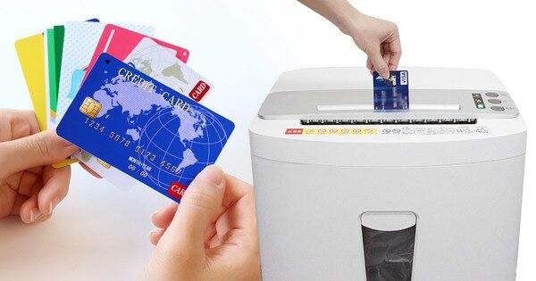 電動シュレッダーでクレジットカードを裁断