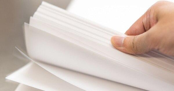 紙をならしている様子