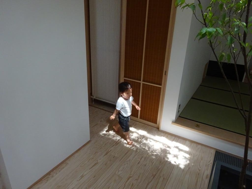 旗竿地でも光ダクトにより自然光の木漏れ日ができる注文住宅の事例