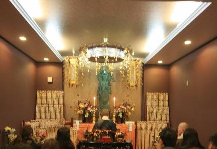 観音堂にて僧侶による葬儀読経
